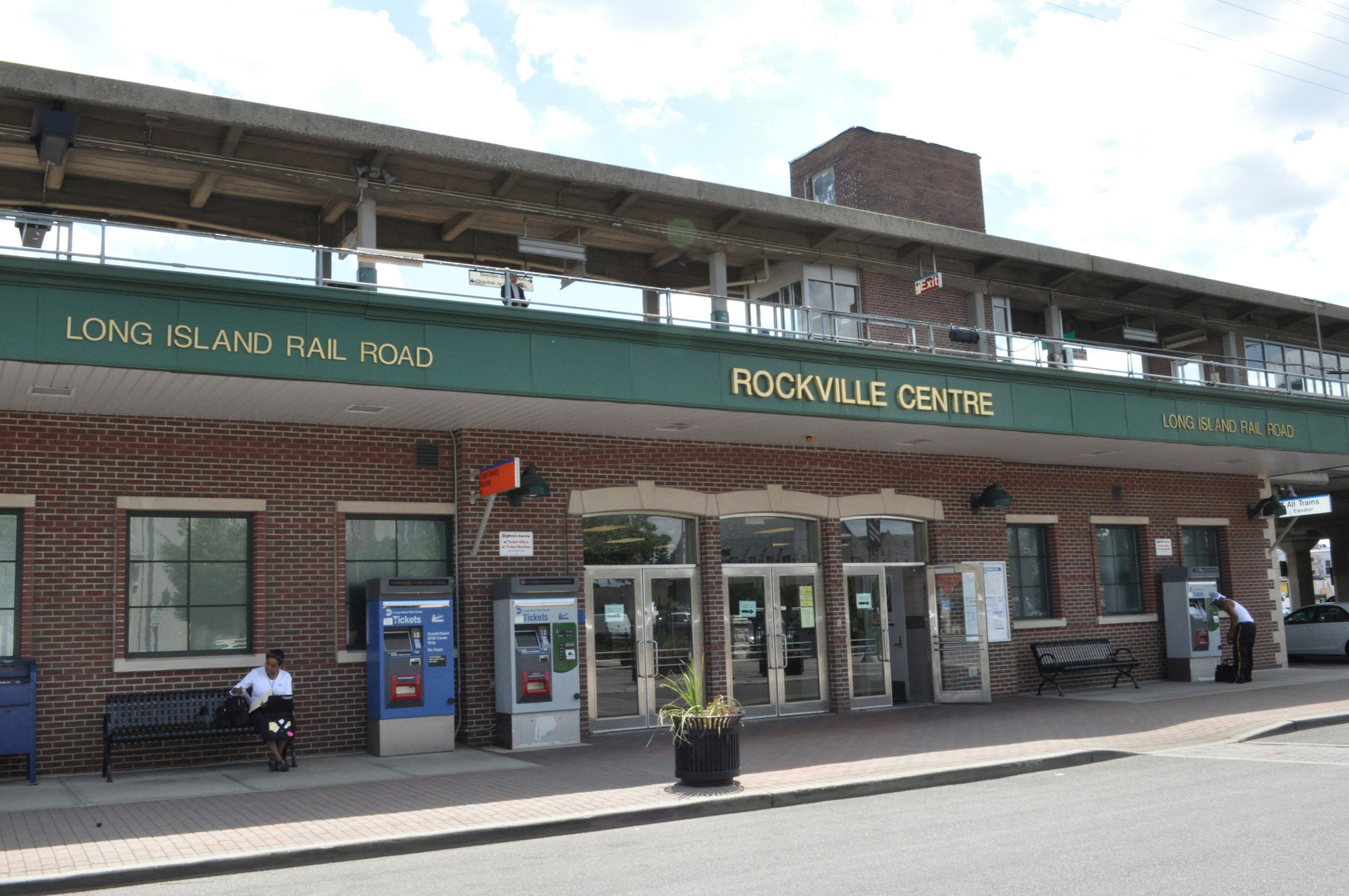 Picture of the front of the Rockville Centre LIRR Train Station
